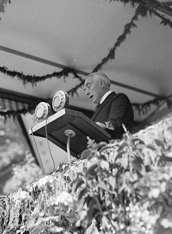 President Harding speaking in Stanley Park, 26 July 1923. Photo by WJ Moore (cropped), City of Vancouver Archives #SGN 943.17.